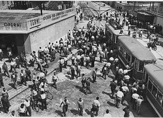 Operai in uscita dalle Acciaierie terni, ca. 1948 - ca. 1955 - credits: Wikimedia Commons • Pietzsch, Paul, Photographer