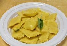 Un piatto di Tortelli di patate burro e salvia alla Festa di Santa Cristina a Papiano (Arezzo)