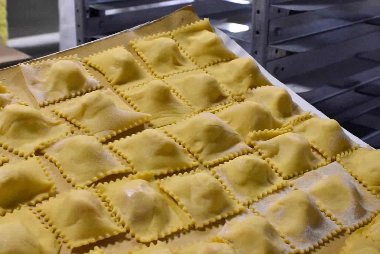 Tortelli di patate appena fatti, pronti per la Festa di Santa Cristina a Papiano, frazione del Comune di Pratovecchio-Stia (Arezzo)