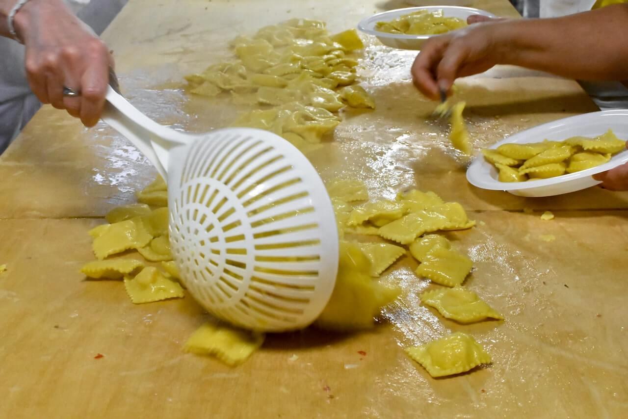 I Tortelli di patate della Festa di Santa Cristina a Papiano (Arezzo), poco prima di essere impiattati