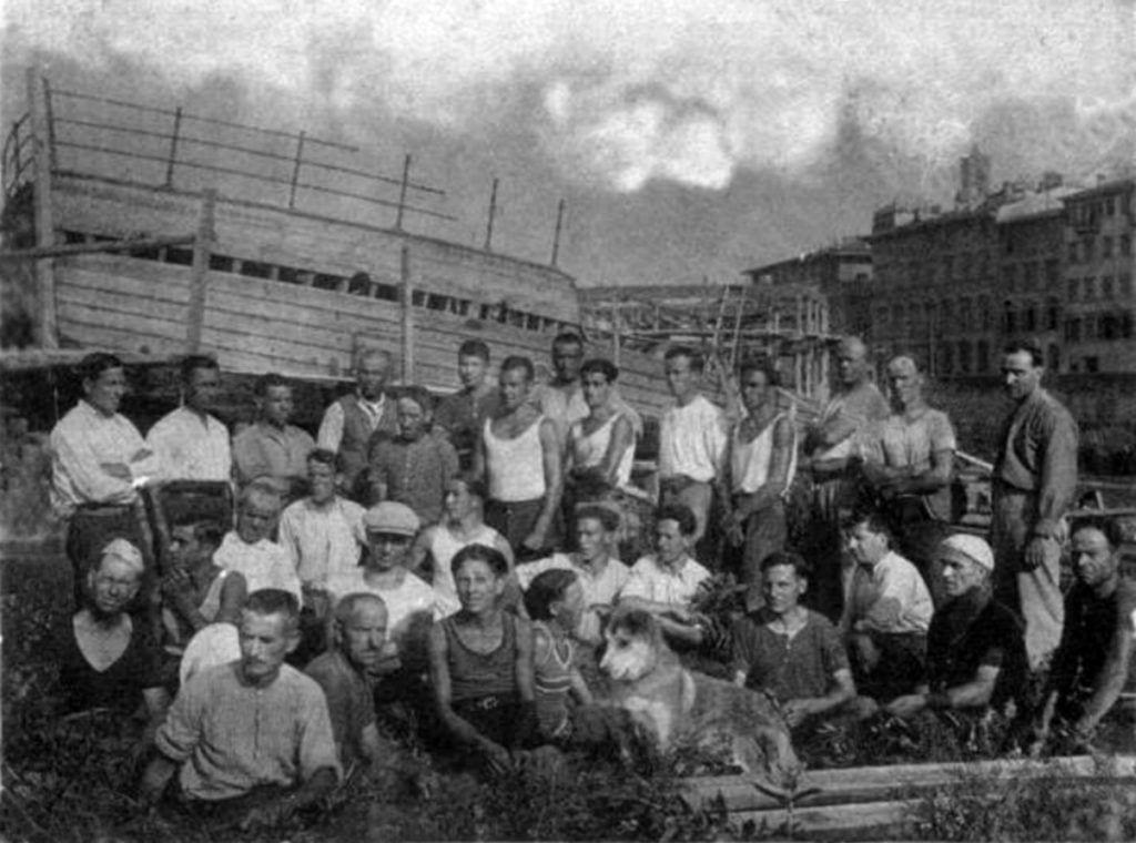 """Il montaggio della """"Fiorenza"""" al Lungarno Serristori a Firenze nel 1932, dei maestri e carpentieri dei Cantieri Picchiotti. Questo cantiere costituisce una testimonianza della """"itineranza fluviale"""" dei maestri d'ascia limitesi, che venivano chiamati per lavori di manutenzione, e si estendeva oltre le realtà cantieristiche dell'Arno e del Tirreno, arrivando fino all'Arsenale di Venezia."""
