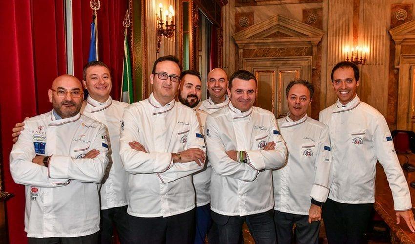 Il Ministro Gian Marco Centinaio posa con la divisa ufficiale FIC, donata dalla Federazione Italiana Cuochi