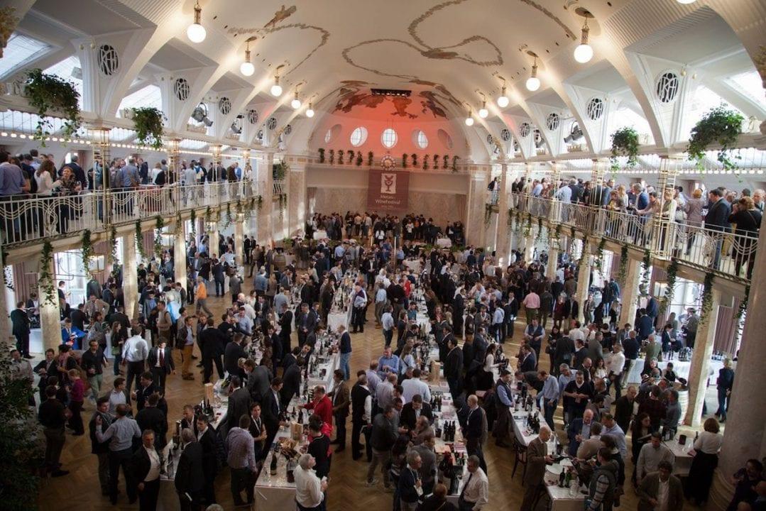 Un foto pubblico di appassionati e professionisti ogni anno anima la kermesse meranese