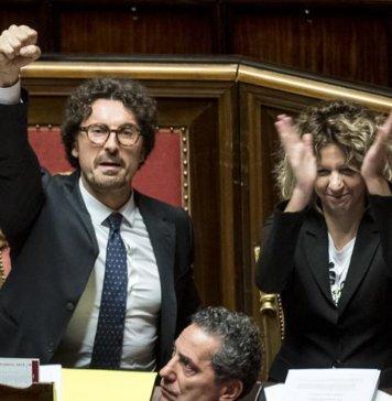 Il Ministro dei Trasporti Danilo Toninelli esulta in Aula col pugno alzato dopo l'approvazione del decreto Genova