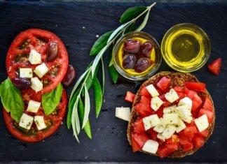 Una bruschetta con Olio Extravergine di oliva, pomodoro e formaggio, alimenti simbolo della dieta mediterranea