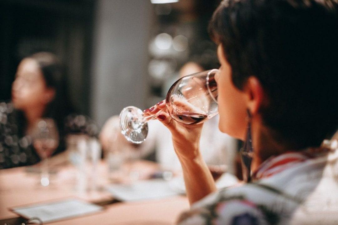 Corsi per sommelier, degustazioni guidate e momenti formativi sul vino sono sempre più popolari tra i giovani