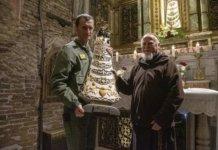 Il Generale Iadicicco con la Statua donata alla 46^ Brigata