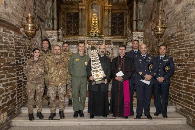 La delegazione della 46^ Brigata con il comandante e una rappresentanza del Cen.For.Av.En.
