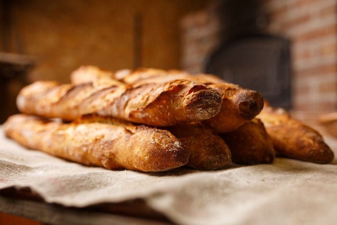 """La """"baguette"""", uno dei simboli della Francia gastronomica. Il pane più celebre nonchè orgoglio nazionale"""