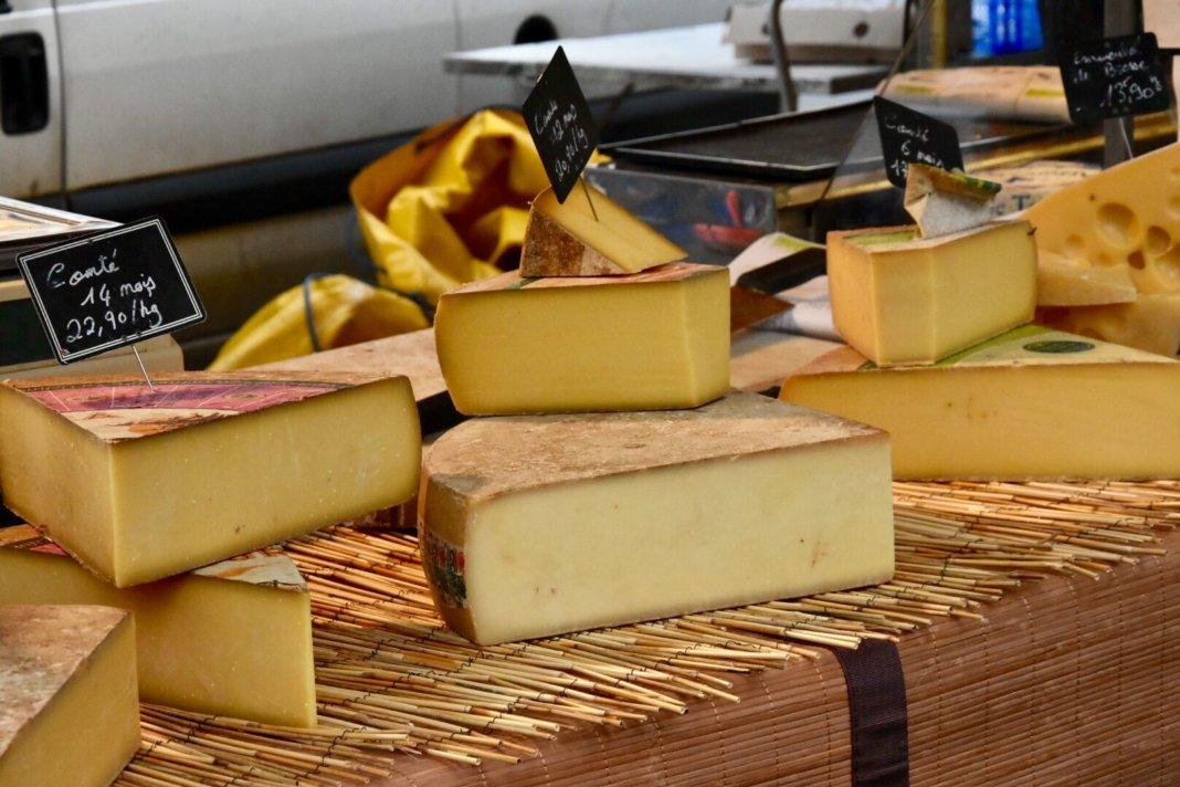 Formaggi francesi in un mercato a Lyon
