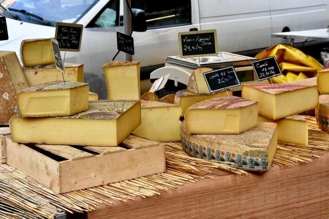 Banco di formaggi in un mercato rionale a Lione, Francia