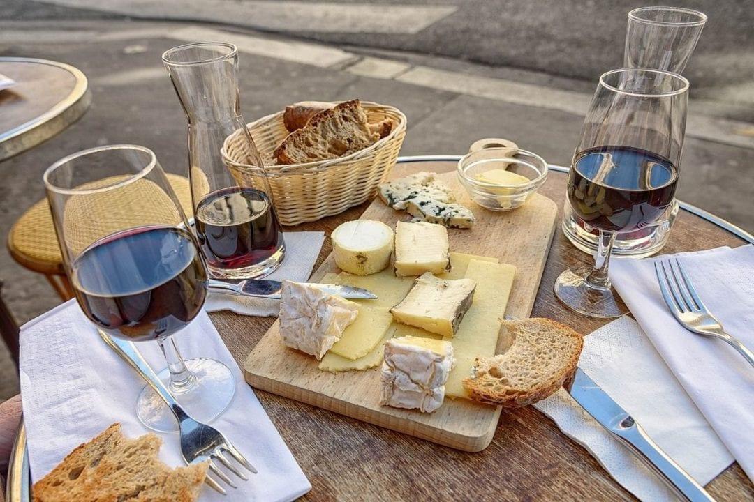 Formaggi e vino, alcune delle categorie di prodotti francesi più celebri al mondo