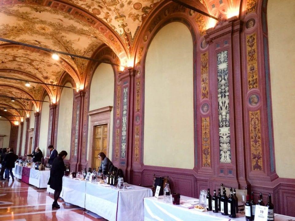 Un momento di Wine&Siena 2017 all'interno delle suggestive sale di Palazzo Salimbeni a Siena