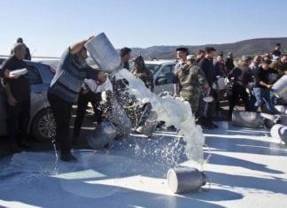 La protesta dei pastori a Sant'Antioco (Cagliari) dove sono stati versati in strada centinaia di litri di latte