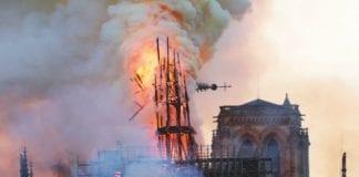 Incendio a Notre-Dame: il collasso della guglia centrale