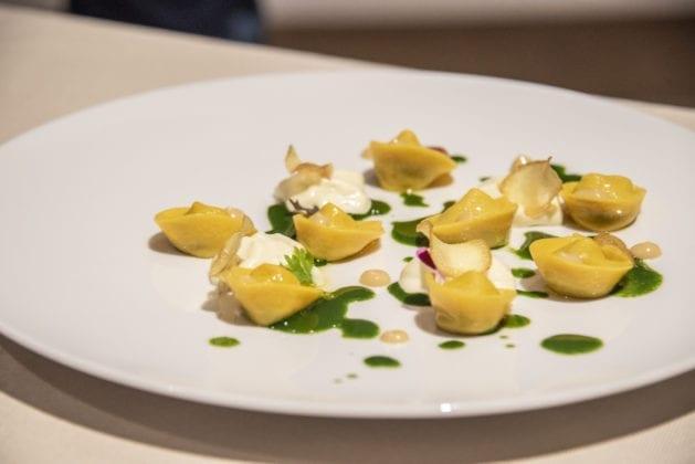 Tortello 2.0, Cappelletti all'Olio DOP Chianti Classico ripieni di ragù con spuma di patate, purea d'aglio e gel di prezzemolo