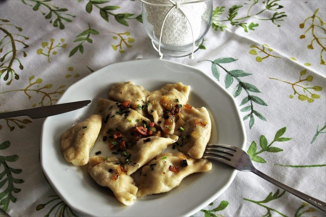 I tradizionali Pierogi, ravioli ripieni la cui farcitura varia su base locale: dal formaggio agli spinaci, dalla carne macinata al pesce, dai funghi fino alle versioni dolci con frutta o crema dolce