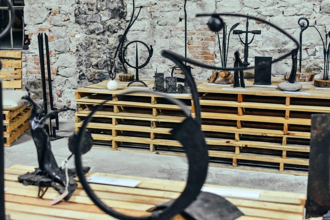 L'esposizione di oggetti realizzati in ferro battuto nei locali dell'ex Lanificio in occasione della XXIII Biennale di Arte Fabbrile a Stia