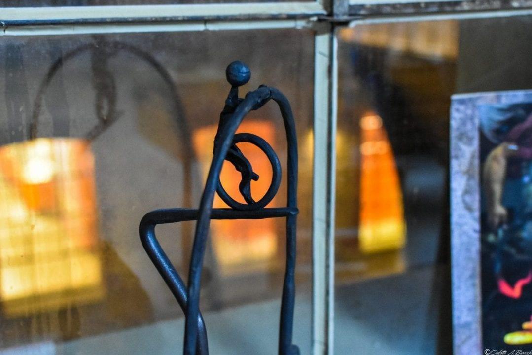 Un altro degli oggetti realizzati in ferro battuto esposti nei locali dell'ex Lanificio in occasione della XXIII Biennale di Arte Fabbrile a Stia