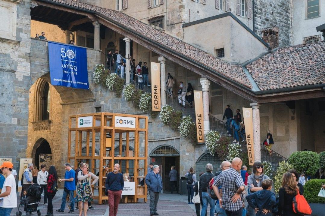 Forme 2018: la mostra mercato nella loggia porticata di Palazzo della Ragione, in Piazza Vecchia a Bergamo