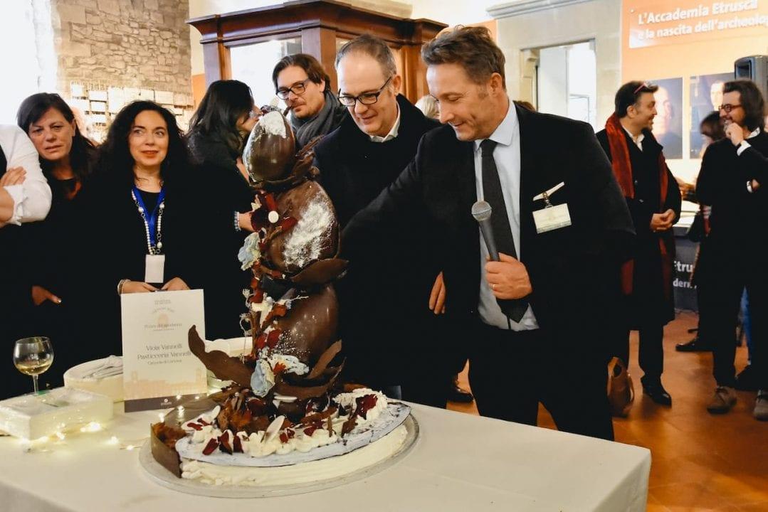Colazione al Museo 2020, il taglio della torta con il Sindaco di Cortona Luciano Meoni ed il presidente di Terretrusche Vittorio Camorri