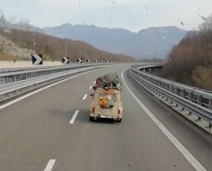 La Renault che dalla Francia è arrivata in Sicilia